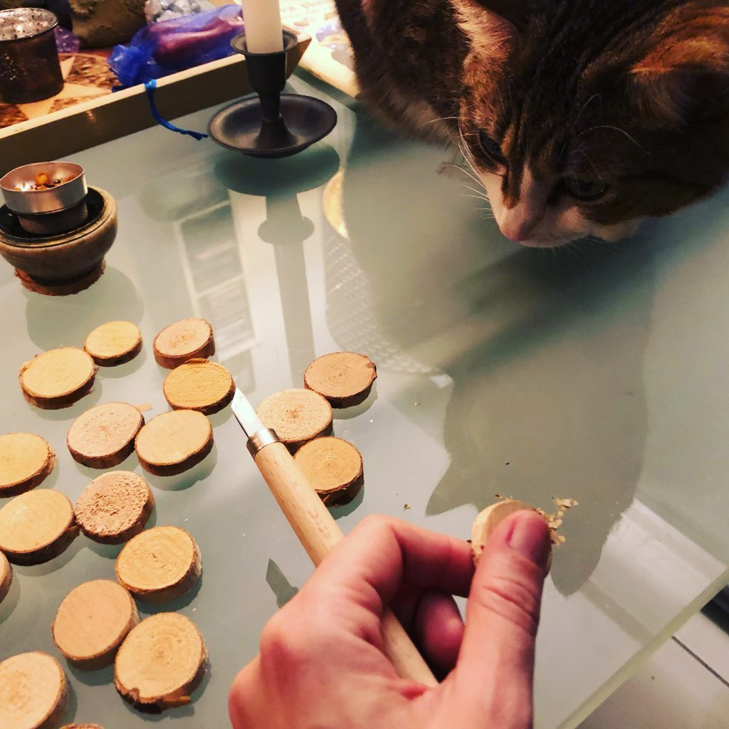 Travail des Runes sous la surveillance de chaton magique ©Sentulia
